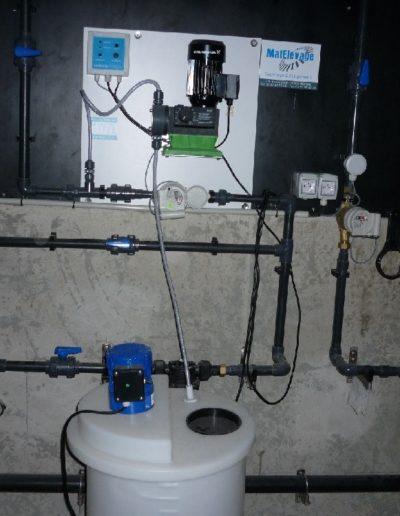 tableau d'eau avec pompe de traitement et bac mélangeur